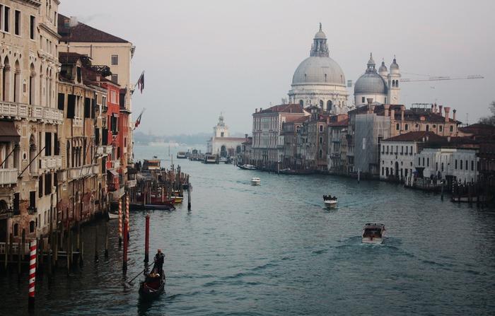 """イタリア国内でしか使われないので話者数はそれほど多くないですが、それでもイタリア語は人気の高い言語です。その大きな理由として、イタリアの""""芸術レベルの高さ""""が挙げられます。ダ・ヴィンチやミケランジェロなど数多くの芸術家を生み出した国であり、中世ローマ時代の建物が残る歴史ある街並みは世界遺産にも数多く登録されています。  また、オペラ発祥の国としても有名なイタリアは、その""""発音の美しさ""""にも注目されており、これこそがイタリア語の最大の魅力と言うことができます。"""