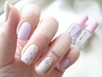 ピンク寄りのパープルを選べば、ほんのりガーリーなロマンティックネイルの出来上がり。中指の小さな水玉模様もレトロで愛くるしい♪