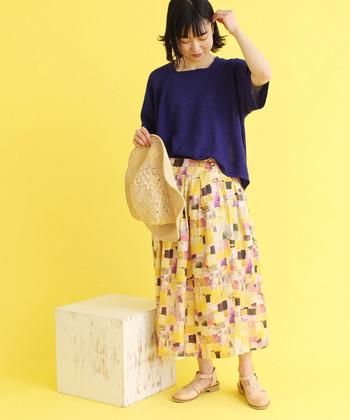 着こなしをエレガントに導くパープル系のTシャツ。ラベンダーというより、少し暗めのダークトーンを選ぶのが大人っぽい♪賑やかなプリントスカートも、たちまちマチュアな雰囲気にシフトします。