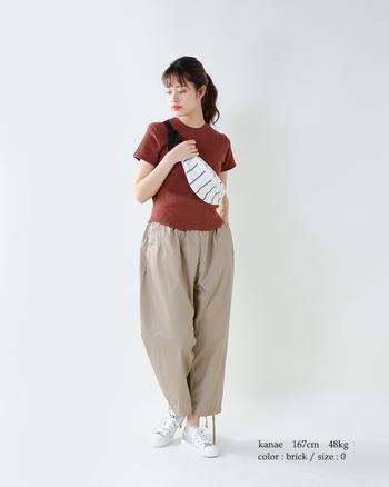ブラウン×ベージュで、優し気なミルキートーンを満喫。タイトなTシャツには、ふんわりとしたボリュームパンツが好相性です。
