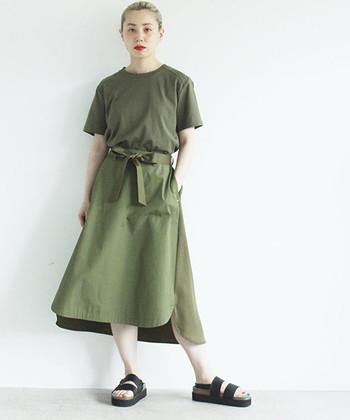 今っぽさ抜群のカーキのワントーン。スカートにデザイン性があるから、単色のコーディネートものっぺりとした印象にはなりません♪