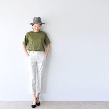 メンズライクなカーキのTシャツには、ホワイトのパンツをセットして小気味良い配色に。足首見せ&パンプスで、シンプルな着こなしに女性らしさを宿します。