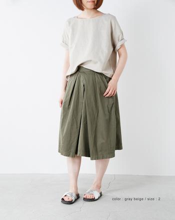 マイルドなベージュのTシャツは、コーディネートのコントラストを抑えたい日にうってつけ。どんなボトムを持ってきても、ナチュラルかつ穏やかなトーンをキープすることができます。
