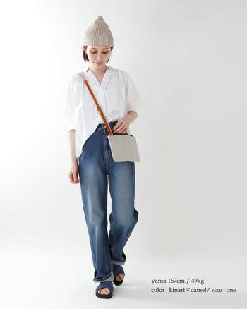 ブラウスとデニムの週末スタイルも、こなれムードたっぷりの洗練スタイルに。スリムなルックスなので、装い全体がスマートにまとまります。