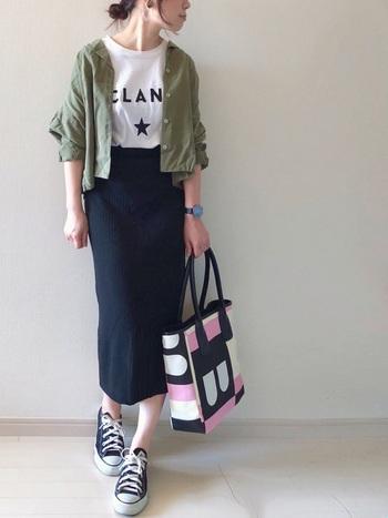黒のタイトスカートは大人女性のためのアイテムですが、Tシャツとも相性が良いので、気軽に毎日のコーデに取り入れられそうです。足元はスニーカーで適度にカジュアルダウン、TシャツはINで着てきれいめにまとめています。