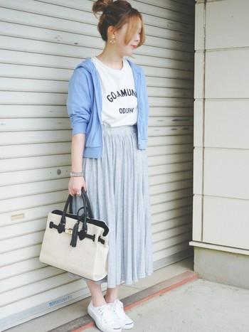 パーカー&Tシャツコーデはボーイズライクにかたよりそうで心配ですが、女性らしいボトムと合わせれば大丈夫!ゆらゆらと動きが楽しめるプリーツスカートと合わせて女性らしく。パーカーもTシャツもお家でガンガン洗濯できるのでママコーデにもぴったりですね。