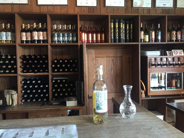 テイスティングは8種類のワインがセットされたサーバーから。母屋の雰囲気によく合うレトロで独特なワインラベルにひかれます。