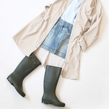 ロングブーツなら、どんな雨でもへっちゃら。短めスカートやパンツを選べば、裾が濡れる心配もありませんね。