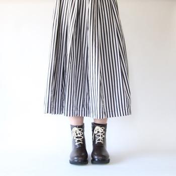 ショート丈のレインブーツは編み上げのデザインが本格的。柔らかく蒸れにくい素材が使われているから、雨の日でも快適です。