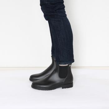 スッキリとしたシルエットがパンツにもスカートにも似合うサイドゴアのレインブーツ。ゴムの伸縮性で履きやすい仕様になっています。