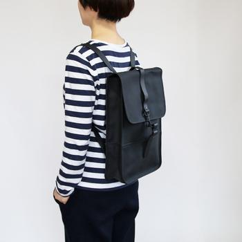ポリウレタン加工された素材を使ったバックパック。水を確実に弾いて、中に入っている荷物を守ってくれます。
