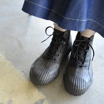 ラバーを張り合わせた雨天も対応してくれるスニーカー。もちろんアウトドアで履いても素敵です。普段のスニーカーを履く感覚でコーディネートできますね。