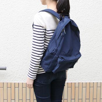シンプルで定番と呼べるバックパックの形。その素材はコットンとナイロンが使われているから、丈夫な上に水にも強いのが特徴。