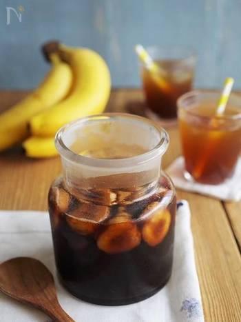 さっぱりとしたビネガードリンクも暑い日にはおすすめ!バナナと黒糖の優しい甘さが感じられるフルーツビネガーを炭酸やお水で割って召し上がれ。