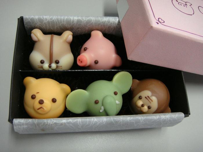 バレンタインの時期にはアニマルショコラというかわいい動物のチョコレートが販売されます。職人さんの手作りなので、表情もひとつひとつ違っていてとってもキュート!繊細な商品のためオンラインでは取り扱われておらず、高島屋または阪神阪急百貨店にて購入できます。