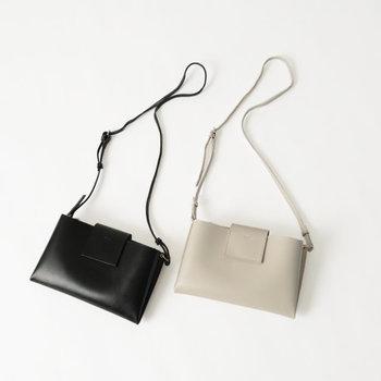 都会的なムード溢れるショルダーバッグ。かっちり感のある端正なつくりで、佇まいをスタイリッシュに演出します。
