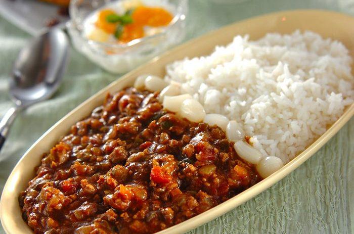 合挽き肉に細かく刻んだラム肉を加えた、ちょっぴり豪華なキーマカレー。たまねぎをたっぷり入れた甘みのあるカレーです。タイ米を使っていますが、普通の白米でもOK◎。