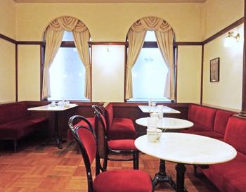 ウィーン・カフェハウス協会が日本で最初に公認したカフェというこのお店。「百貨店のサロン」という雰囲気の、懐かしさもあり格調高い店内が素敵です。