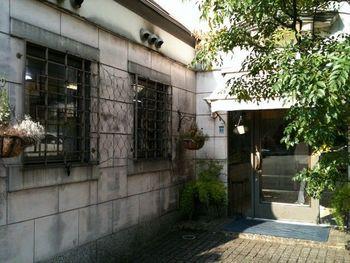 阪急御影駅近くにある「セセシオン」。まるでヨーロッパのお店のような外観で、おしゃれで上品な御影の街に溶け込んでいます。