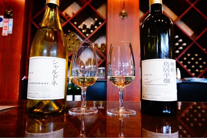 建物2階にワインショップがあり、カウンターでは有料ですがテイスティングも可能。甲州やグレイスワインの歴史を聞きながら、じっくりワインを楽しむことができます。