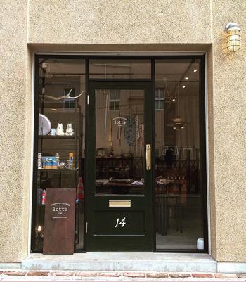 2013年に建設された乙仲アパートメントの路面で展開しているlotta。 ガラス張りの大きな扉はヨーロッパ製で、どこか外国の街角のようないでたちに立ち止まって覗いてみたくなる。