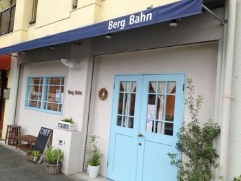 白壁に水色の扉がキュートな「Berg Bahn」。神戸市西区・伊川谷にあるお店です。