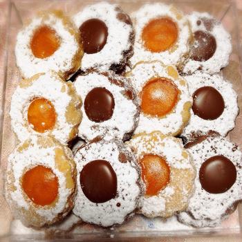 大人気なのがの「アウゲン」。杏ジャムとチョコクリームのクッキーです。以前は予約無しでも購入できましたが、今では予約をしても何ヶ月も待たなくてはならないこともあるほど。  素朴な見た目ですが、食べ出したら止まらなくなるようなおいしさです。持ち運ぶ際は水平に保たなければならないほど、繊細に作られています。