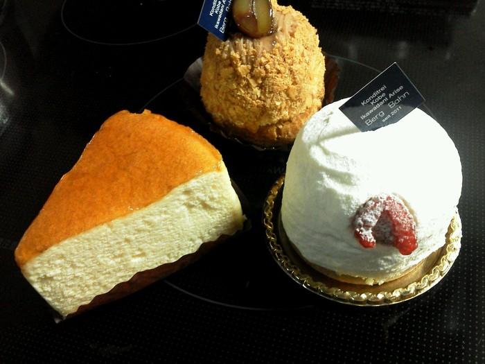もちろんケーキも絶品。チーズケーキやモンブランなど定番のケーキを初め、様々なケーキが楽しめます。エクレアやシュークリームも人気です。