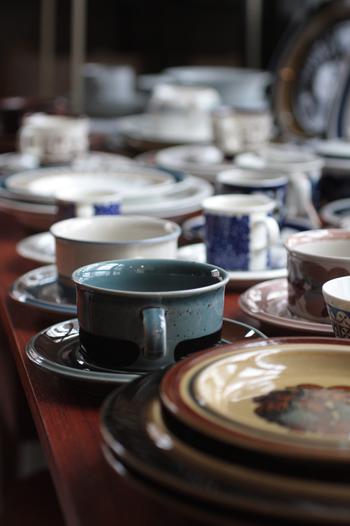 ■ARABIA社のヴィンテージ食器 有名なARABIA社の食器は、状態が良いということと日本の様式に合うかなどを吟味して買い付けするという。 「日照時間の短い地での生活を潤いあるものにしようと努力する北欧の人々。その知恵から生まれたものなんです」 製品の大半はストーンウエアで、質の高い熟練工の手で製品化されているそうで大切に受け継がれてきたヴィンテージともなれば貴重なもの。