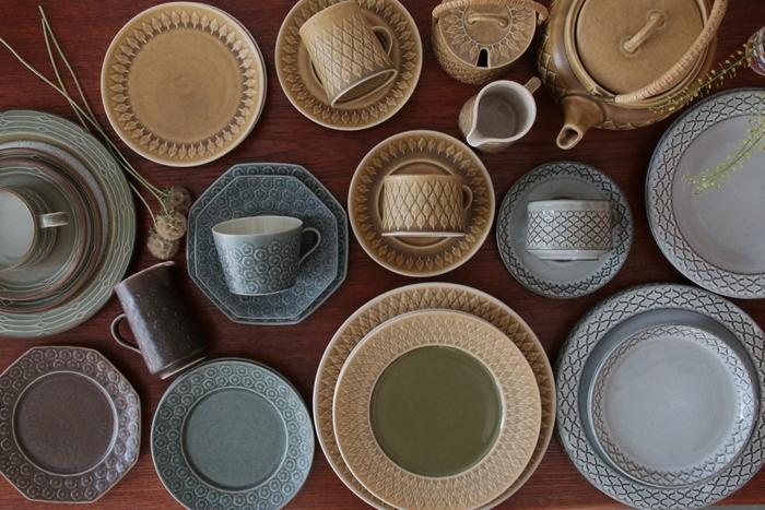 ■Jens.H.Quistgaard(イェンス・クイストゴー) Jens.H.Quistgaard(イェンス・クイストゴー)がデザインを手掛けた60'~80'の作品。 日本の焼きものに影響を受けているとのことで、日本のテーブルや食器ともとても相性のいいシリーズ。 どことなく懐かしいような気持ちになるデザインは、古きよき日本の日々とも繋がるような装い。