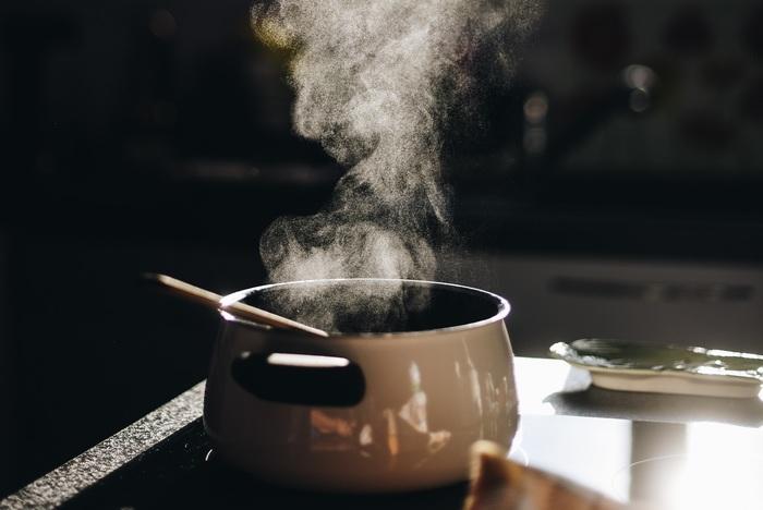1.油をひいた鍋で、カルダモン、シナモンスティック、ローリエ、クローブ、鷹の爪を炒め香りを出す。 2.鍋にみじん切りの玉ねぎを加え、焦がさないようあめ色になるまでじっくりと炒める。 2.水(50cc)、しょうが、にんにくを入れて、馴染むようによく炒める。 3.ターメリック、クミンパウダー、コリアンダーパウダー、パプリカパウダー、レッドペッパーを混ぜ炒める。 6.ひき肉を入れてよく炒めたら、プレーンヨーグルト、シナモンパウダー、クローブパウダー、水(450cc)を加え、弱火で煮込む。  ※焦がさないように気をつけましょう!彩としてグリーンピースを加えてもOK◎