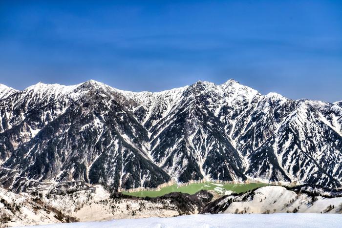 真夏でも冠雪した3000メートル級の峰々が連なる北アルプスに敷かれた立山・黒部アルペンルートは総延長37.2キロメートルの山岳道路です。
