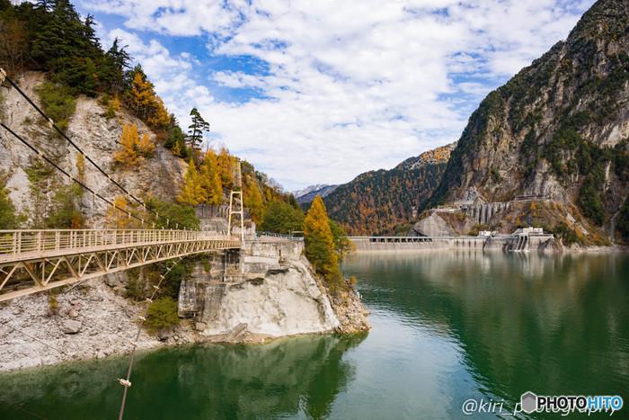 黒部湖は、関西電力が設営した黒部ダムによってできた人造湖です。陽射しを浴びてエメラルドグリーンに輝く水面を持つ黒部湖は、人造湖とは思えないほどの美しさです。