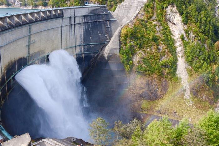 黒部ダムでは、観光放水が行なわれます。大地が揺れるほどの轟音、白いしぶき、七色の虹、雄大な黒部峡谷が織りなす景色は、まさに絶景そのものです。