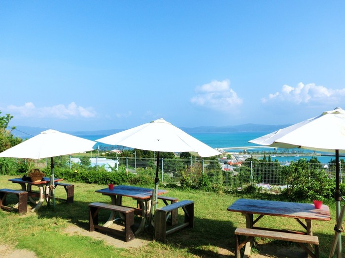古宇利島ならではの絶景を見るために訪れたら、素敵な思い出が増えそう!さらに、キッズルームが併設されているため、お子さん連れ旅行の際に立ち寄りたいカフェでもあります。美しい海が見渡せる「Cafe フクルビ」に足を運べば、疲れも吹っ飛びそうですよね。