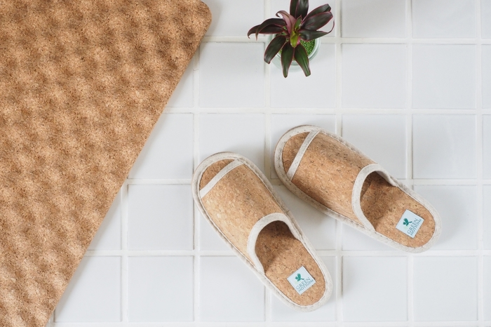 コルクを下底だけでなく、甲部分にも使用した足入れの良いスリッパ。軽く、弾力性に優れているので履き心地がよいのが特徴です。さらりとした肌触りは、お風呂上がりなどにもおすすめ。
