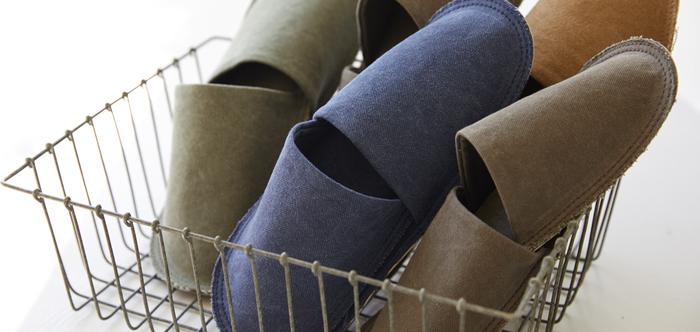 ヴィンテージテイストに仕上げた綿帆布を使用したフラットタイプのスリッパ。メンズライクなしっかりとした厚みのある帆布の触感。使い続けるほどに足に馴染んできます。