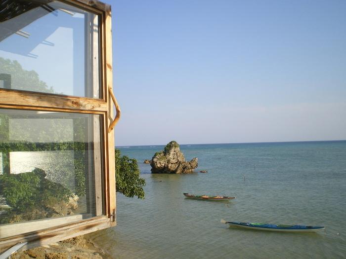 2人で訪れた場合は、窓際のカウンターがおすすめ!1枚の窓枠に2人で座れるため、特別な空間にいるような雰囲気を味わえます。