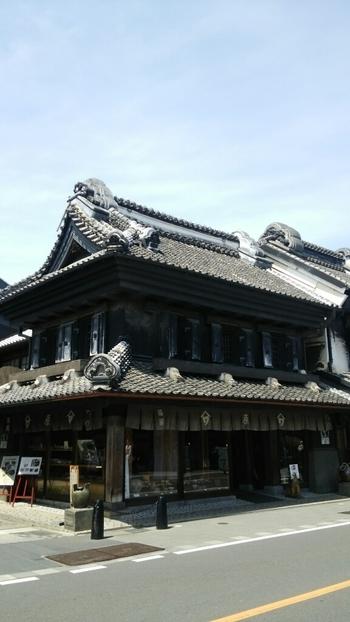 明治26年に建てられた蔵で営業している陶舗やまわ。その陶器店の一角に「陶路子」はあります。