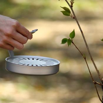 直径13.4×高さ10cmとスリムで取っ手もついているので持ち運びも簡単で、約150gと軽いので、上から吊るすこともでき、お庭でも活躍してくれそうな頼もしいアイテムです。