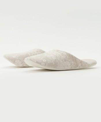 ふわふわと優しい肌触り。お風呂上がりの洗いざらしの素足にさらりと履きたい。