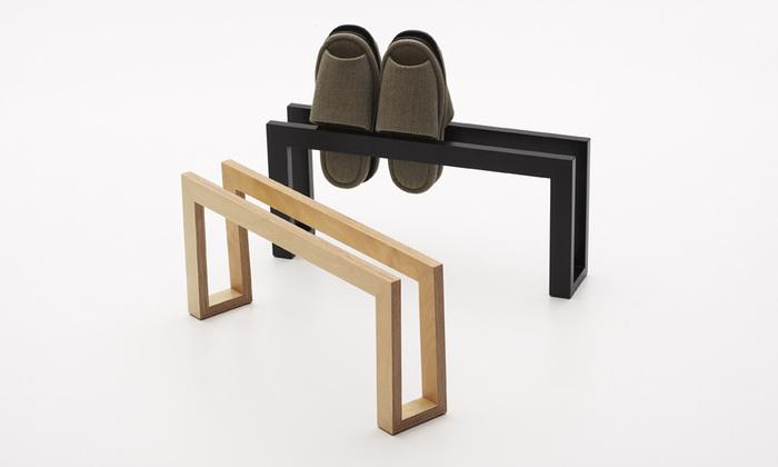 コの字型のシンプルなスリッパラック。スリッパを抱き合わせにして差し込むと、横に4足まで収めることができます。お気に入りのデザインのスリッパを飾りながら収納できます。