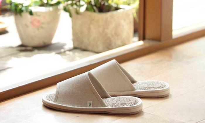 毎日履くものだからこそ、快適な素材でデザインにもこだわったスリッパを選びたいもの。初夏から夏にかけて、素足でさらりと履けるおしゃれデザインのスリッパをご紹介します。
