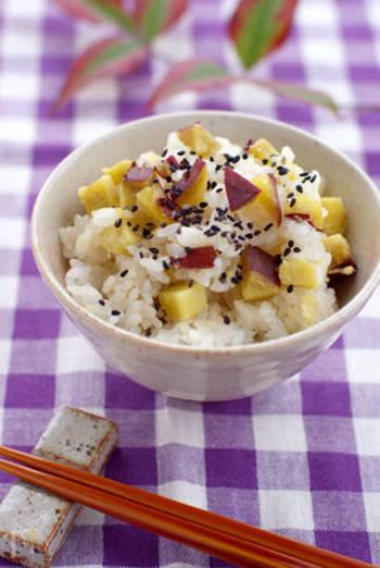 米を炊くときに日本酒と塩を加えて、上から昆布とさつまいもをのせてスイッチを入れればOK。炊飯器の設定を『おこわ』のモードにするとベタベタしないで美味しく炊き上がります。 材料は、白米、餅米、さつまいも、昆布、日本酒、塩、黒ごま