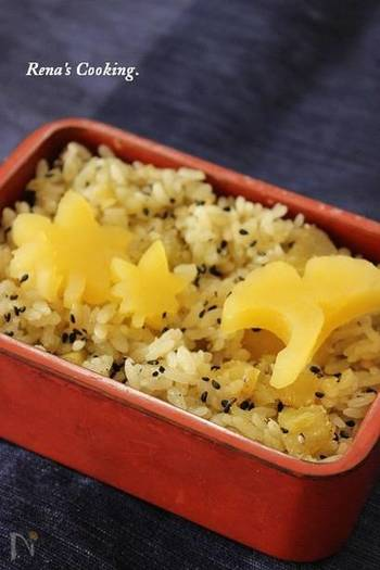 研いだ米に、さつまいもと粉茶・抹茶を加えて炊くだけ。ホクホクの食感を楽しめます。美味しくいただくために、さつまいものあく抜きはしっかりと!