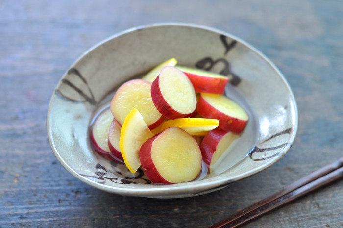 普段の甘煮も、レモンを加えてさっぱりした味わいに。 材料はさつまいも、クチナシの実(あってもなくてもOK)、砂糖、レモン
