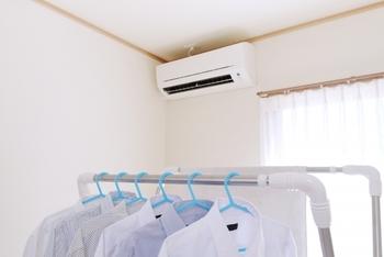 お天気に関わらず、洗濯物を日常的に室内干しにしているご家庭も多いはすですよね。でも、大量の洗濯物はジメジメの元。エアコンや除湿機を使うだけでは限界があるので、干し方を少し工夫してみましょう。