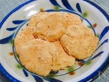 電子レンジで作れる簡単和菓子。さつまいもとお餅を加熱後に混ぜ合わせ、最後にきな粉をまぶしからめるだけです。上品な甘さに癒されそう♪