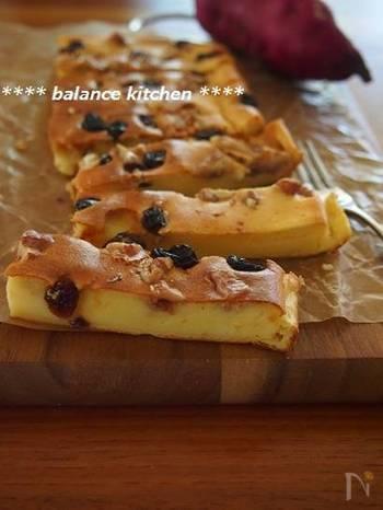 クリームチーズやバター、生クリームを使わずに作るリーズナブルでヘルシーなチーズケーキ。ミキサーで混ぜるだけなので、気負わず作れそう♪ 材料は、さつまいも、ベビーチーズ、牛乳、砂糖、卵、薄力粉、レモン汁、サラダ油、くるみ、レーズン