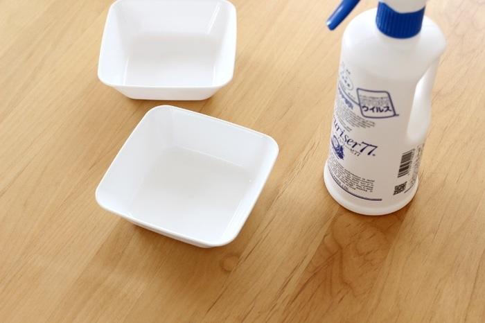 100円ショップで購入できる、こうしたトレーを使うというアイデアもあります。まずは除菌スプレーでサッと一拭き。カーブの丸みがほどよく、汚れてもすぐに拭き取れるところがお気に入りだそうです。サイズもいろいろあるので、正方形や長方形などを組み合わせて使います。